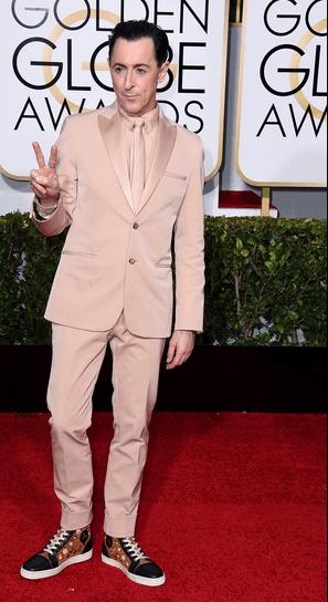 Alan Cummings mengenakan Tuxedo Beige dalam Rancangan Calvin Klein